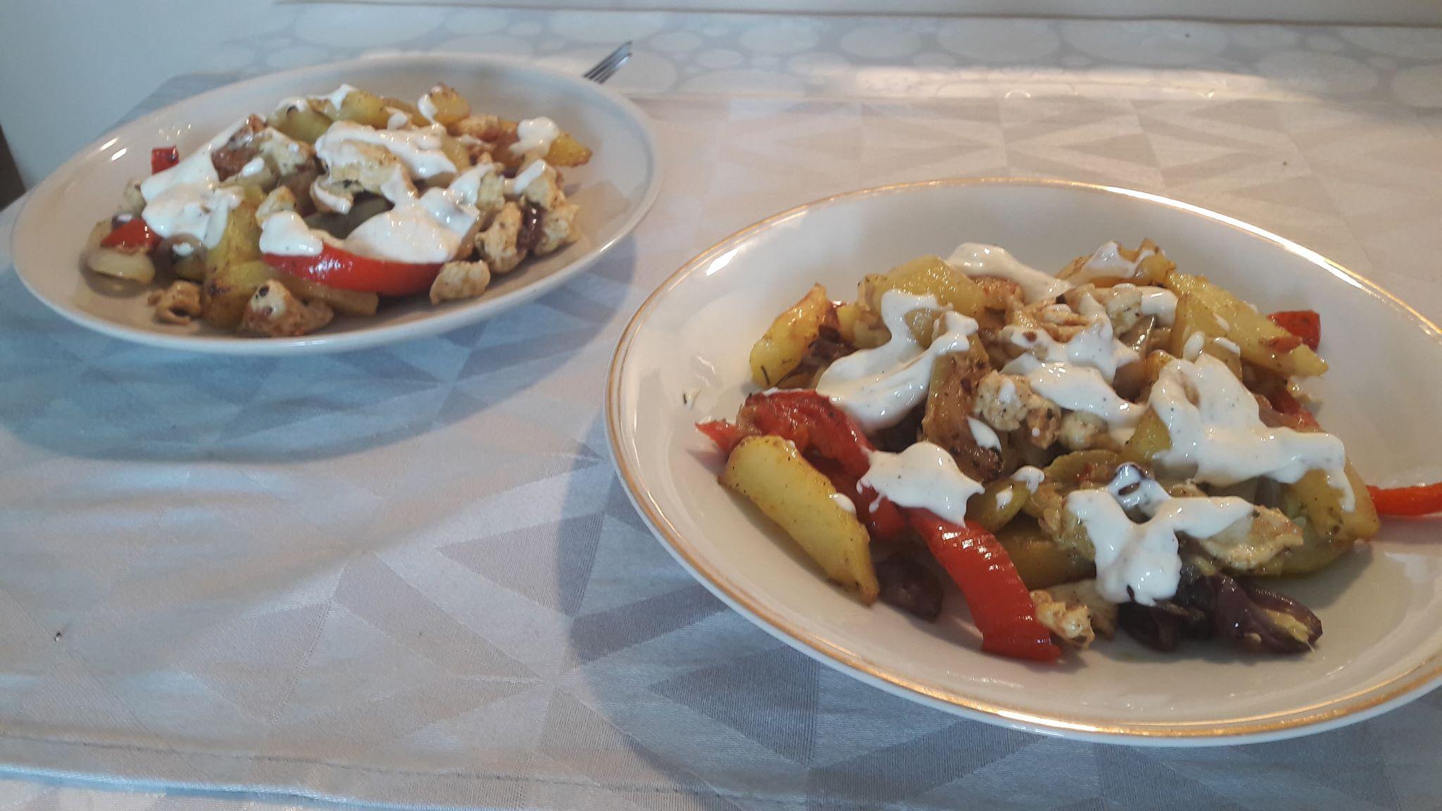 Pieczone warzywa z kurczakiem w sosie czosnkowym – bezglutenowe danie obiadowe