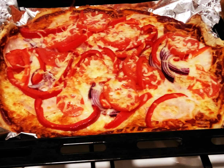 Domowa pizza bezglutenowa – Przepis i wykonanie