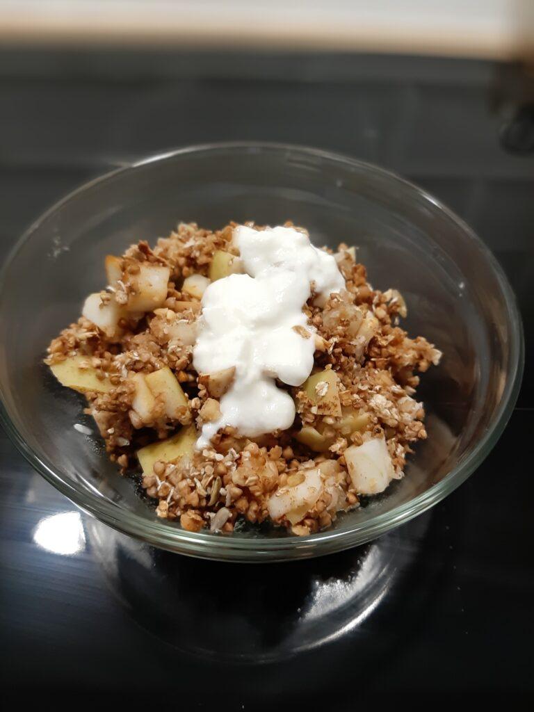 Jablka-pieczone-z-orzechowo-gryczana-kruszonka-podane-z-jogurtem
