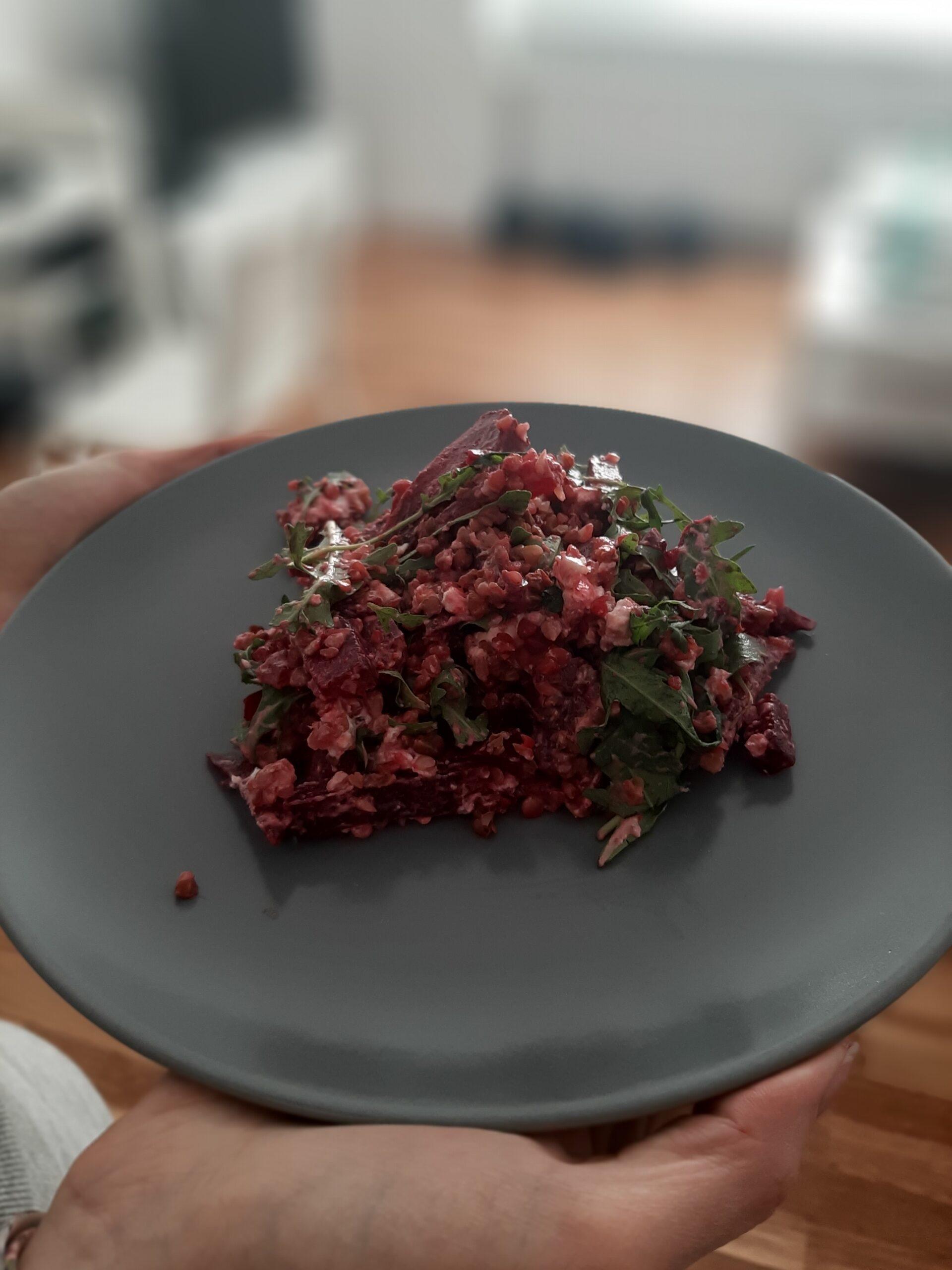 Bezglutenowa sałatka z kaszą gryczaną, serem kozim i burakiem